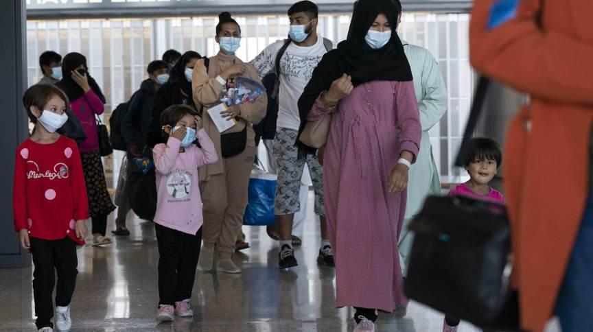Famílias retiradas do Afeganistão desembarcam no Aeroporto Internacional Washington Dulles, nos EUA
