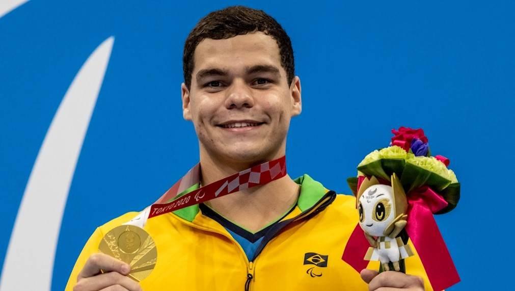 Gabriel Bandeira exibe sua medalha de ouro no Centro Aquático de Tóquio