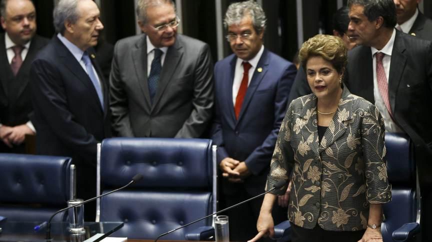 Dilma Rousseff faz sua defesa diante dos senadores durante sessão de julgamento do impeachment. Ao fundo, o então presidente da Casa, Renan Calheiros (MDB), e do Supremo Tribunal Federal, Ricardo Lewandowski