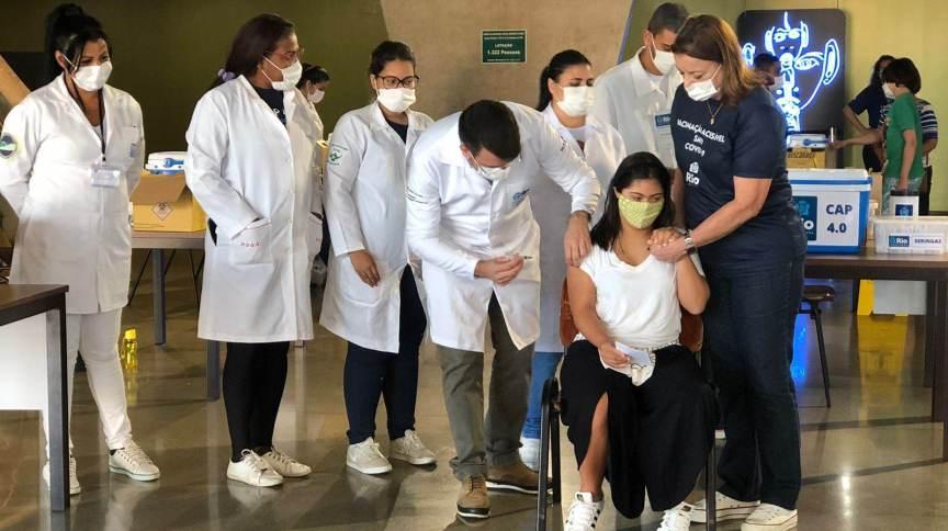Ivy Farias, 16, filha do senador Romário, é imunizada contra Covid-19, no primeiro dia destinado aos adolescentes com deficiência no Rio