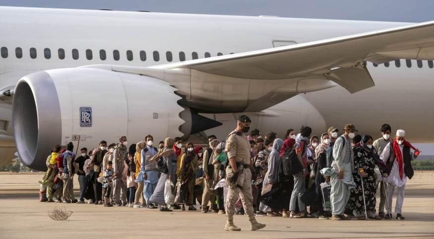 Refugiados afegãos desembarcam na Base Aérea de Torrejon, em Madri, na Espanha