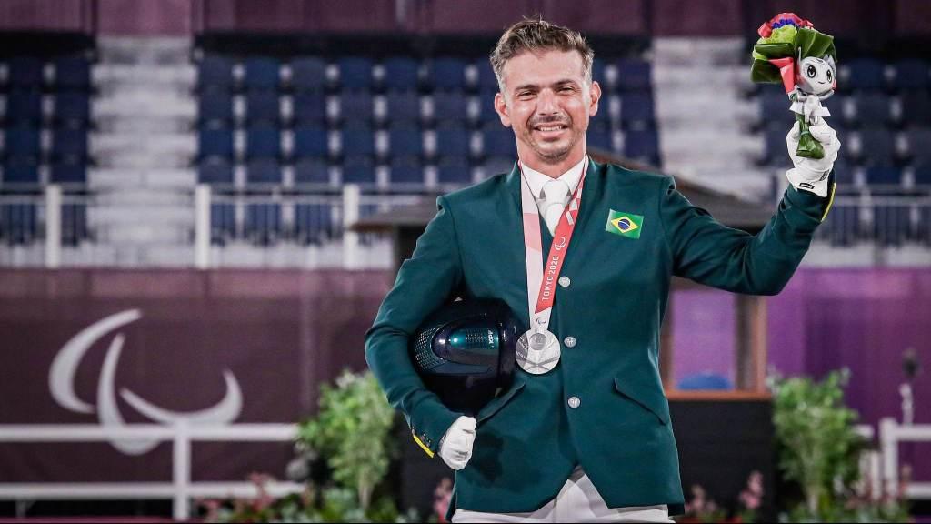 Rodolpho Riskalla conquistou a medalha de prata no hipismo adestramento - prova do grau IV