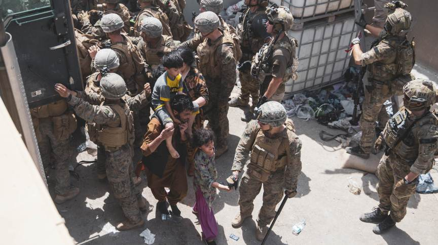 Soldados dos EUA e da Noruega controlam acesso em checkpoint do aeroporto de Cabul