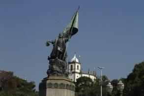 Conta apócrifa recém-criada divulgou imagem da estátua em chamas no Twitter
