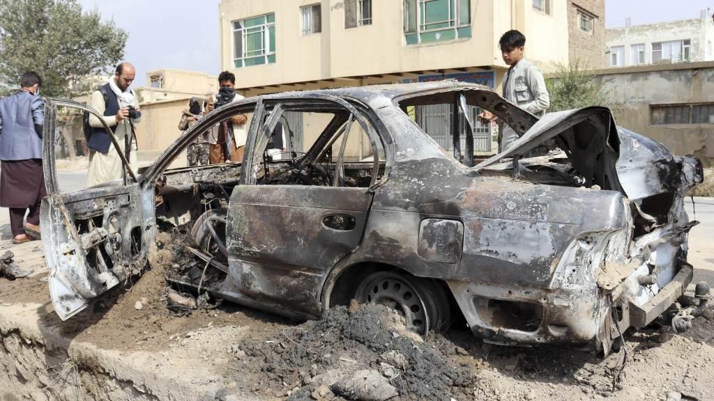 Talibã autorizou jornalistas a tirarem fotos do veículo destruído no disparo de foguetes contra o aeroporto de Cabul