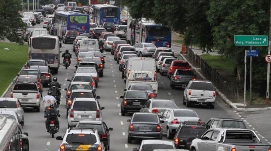 Em São Paulo, motoristas ficam, em média, 8 minutos por dia em congestionamentos