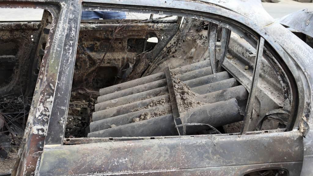 Tubos de lançamento de foguetes dentro de um veículo destruído em Cabul, no Afeganistão