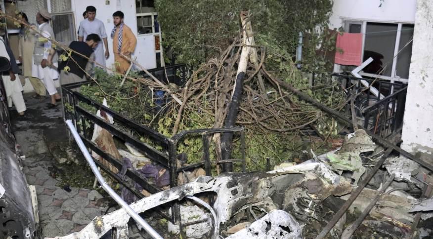 Destruição causada por ataque com drone dos EUA ao carro de um suposto homem-bomba do Estado Islâmico-K em Cabul