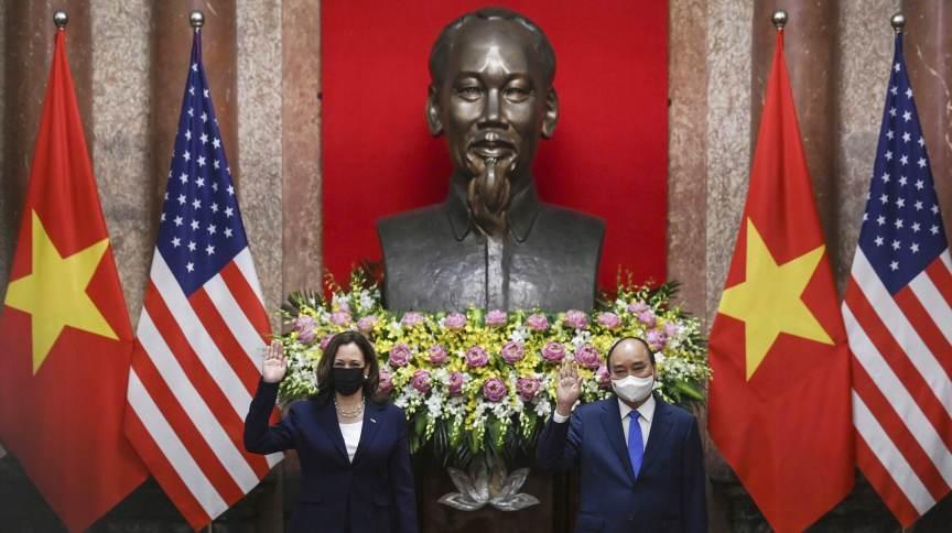Vice-presidente dos EUA, Kamala Harris (E), se encontra com presidente do Vietnã, Nguyen Xuan Phuc