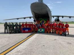 Foram enviados 32 bombeiros do Distrito Federal, Minas Gerais e da Força Nacional, além de peritos e dois cachorros treinados para resgate em estruturas urbanas destruídas