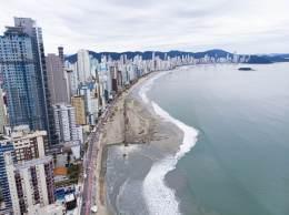 A ideia, então, é sair dos 25 metros de areia para 70 metros — o que colocaria a praia de Santa Catarina em segundo lugar em termos de extensão de areia, atrás de Copacabana