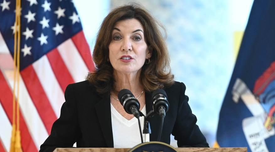 Kathy Hochul, governadora de Nova York, pretendente contratar guarda nacional e profissionais de fora do estado para substituir profissionais da saúde não vacinados