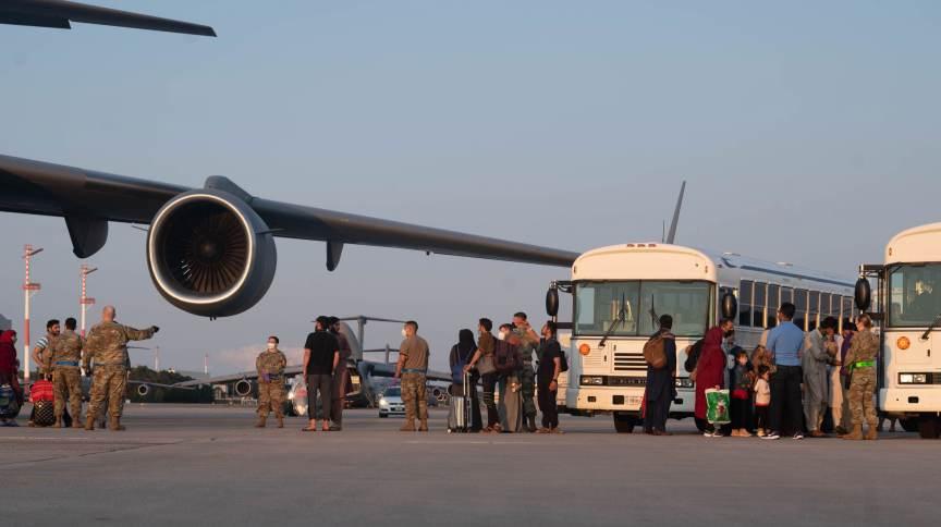 Afegãos são evacuados de Cabul pelo exército dos EUA