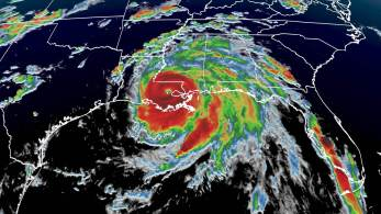 O furacão Ida enfraqueceu ligeiramente para uma tempestade de categoria 3 com ventos máximos de 200 km/h