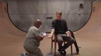 Vídeo publicado pela marca Liquid Death mostra Hawk tendo um frasco de sangue removido, que é então misturado com uma lata de tinta vermelha