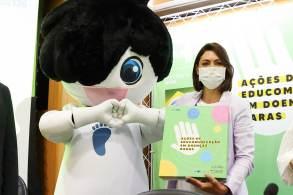 São consideradas doenças raras aquelasque afetam até 65 pessoas em cada 100 mil indivíduos. No Brasil, cerca de 13 milhões de pessoas convivem com algum agravo que tem esta classificação
