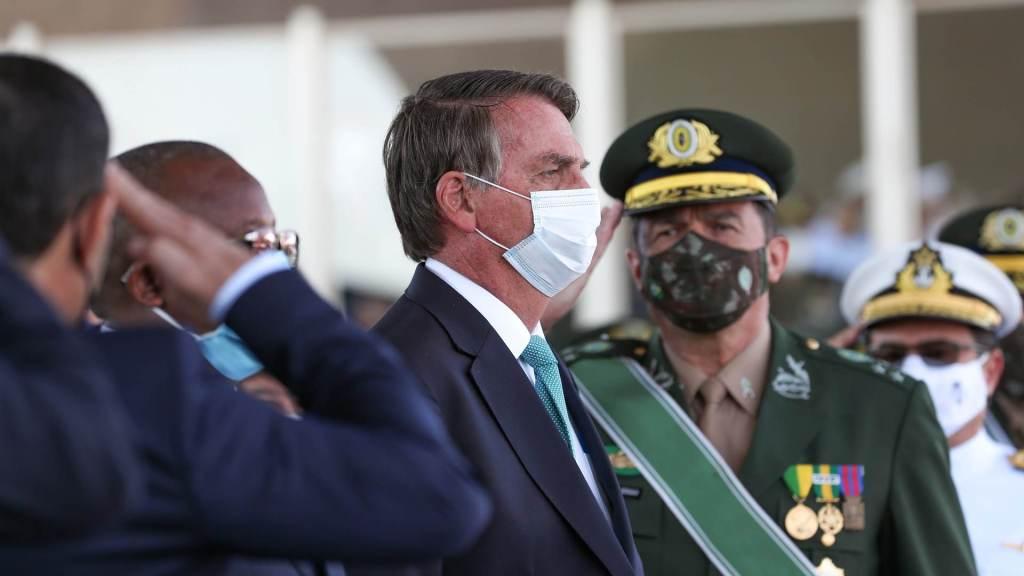 Presidente Jair Bolsonaro com militares