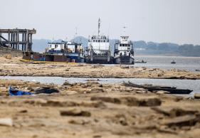 Rio Paraguai é usado para o transporte de grãos e outros produtos, mas seca dificulta escoamento