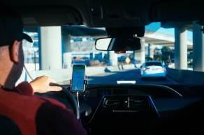 Aumentos sucessivos nos preços dos combustíveis estão sufocando as margens de lucro dos motoristas, agravando uma situação que já era crítica antes da pandemia