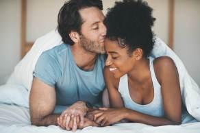 Pessoas sem parceria fixa mesclaram encontros virtuais e presenciais; aquelas em relacionamentos estáveis tiveram períodos de intensidade e desgaste