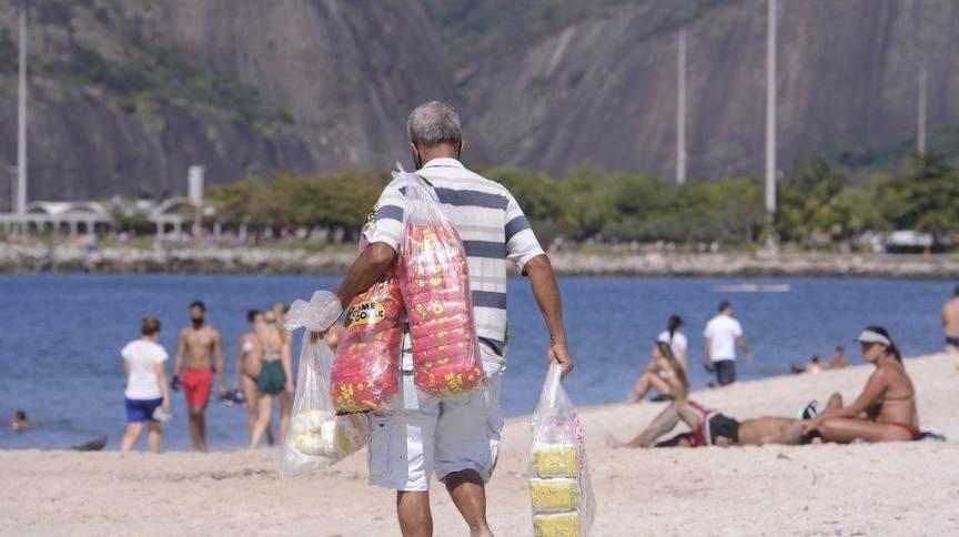 Vendedores ambulantes em praia do Rio de Janeiro durante fases de flexibilização do isolamento