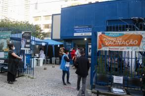 Idosos com mais de 90 anos serão vacinados com o imunizante disponível no posto de vacinação