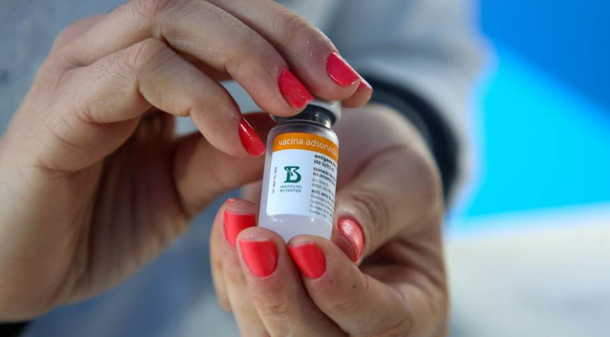 Profissional da saúde prepara vacina da Coronavac contra a Covid-19 para aplicação
