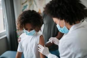 Coordenador do teste clínico da vacina da farmacêutica no Brasil, Cristiano Zerbini avalia que imunização da faixa etária é fundamental para conter alta de casos de Covid-19