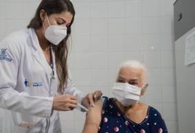 """Para entidade que representa empresários, a adoção permanente da obrigatoriedade da comprovação da imunização contra a Covid-19 """"inviabilizaria o segmento""""."""