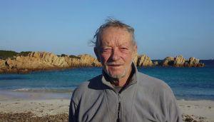 O que este homem está fazendo após passar 33 anos isolado em uma ilha