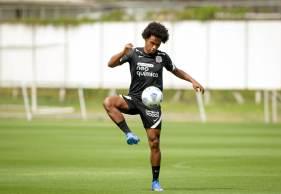 Jogador esteve no Reino Unido a menos de 14 dias e precisaria cumprir quarentena antes de atuar pelo clube