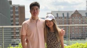 Irmãos americanos retornam aos EUA após três anos impedidos de sair da China