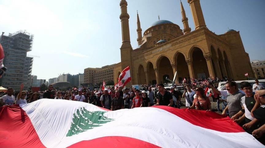 Manifestantes carregam bandeira do Líbano no centro de Beirute