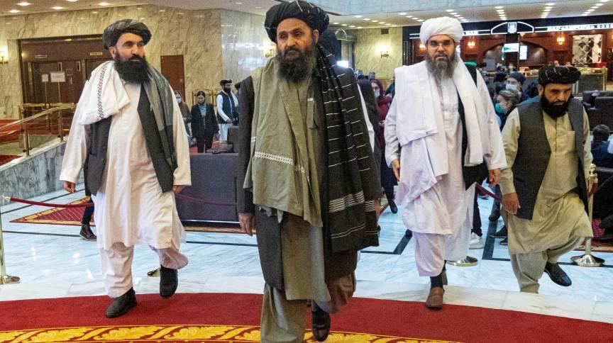 Cofundador e negociador do Taliban, Abdul Ghani Baradar (C), e outros membros do grupo na conferência de paz em Moscou