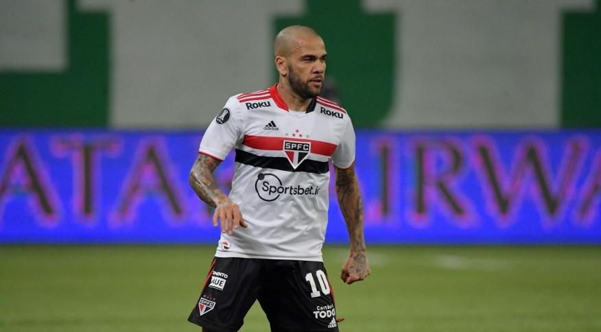 Daniel Alves anunciou que não irá assinar com nenhum clube até o fim do ano após sair do São Paulo