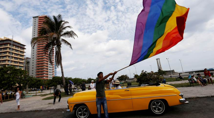 Participante de marcha contra a homofobia segura bandeira do arco-íris em Havana, em 2017
