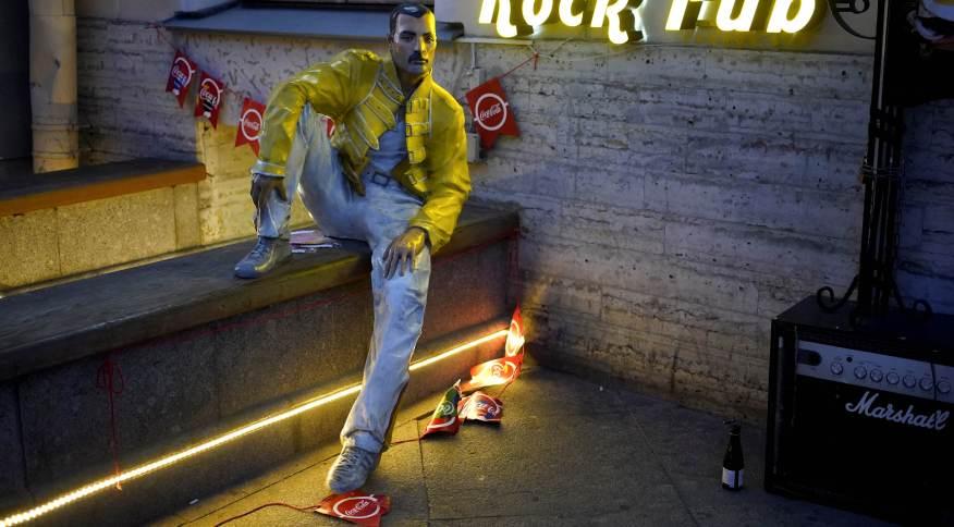 Boneco representando Freddie Mercury na entrada de bar em São Petersburgo, na Rússia26/06/2018REUTERS/Toru Hanai