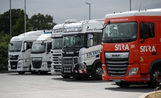 Falta de motoristas está ligada ao Brexit e à pandemia, e já levou a um racionamento de combustível em centenas de postos de gasolina