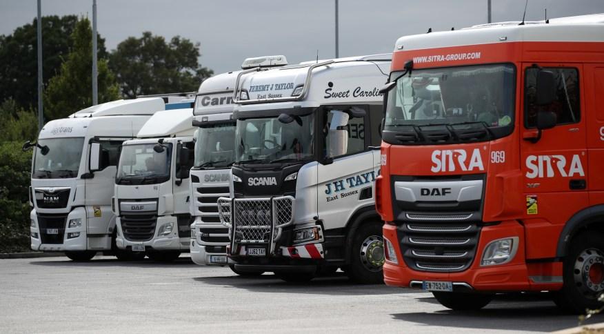 Supermercados e agricultores alertam que uma falta de caminhoneiros está deixando as cadeias de suprimento à beira do colapso