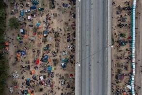 Departamento de Segurança Interna dos EUA diz que mais de 30 mil imigrantes foram encontrados na fronteira nas últimas semanas, mas que agora não há ninguém
