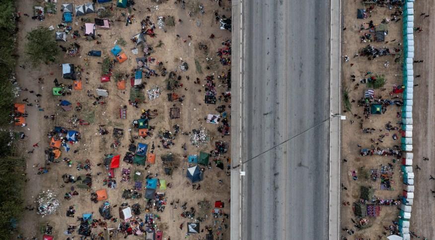 Acampamento de imigrantes em Del Rio, Texas, antes de ser esvaziado