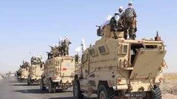 Os militantes agitaram bandeiras brancas do Talibã em Humvees e SUVs blindados no desfile militar, onde muitos dos veículos apareceram em condições quase perfeitas