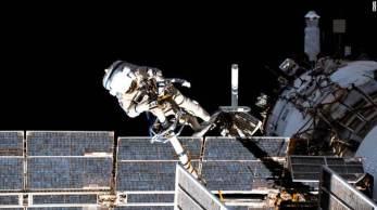Os cosmonautas russos Oleg Novitskiy e Pyotr Dubrov conduziram uma caminhada para preparar o novo módulo Nauka para operações na Estação Espacial Internacional