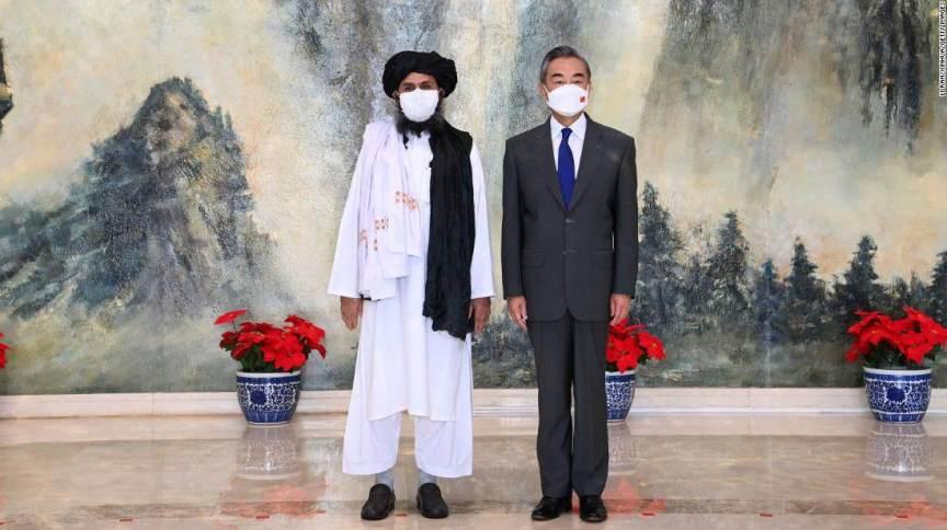 O ministro das Relações Exteriores da China, Wang Yi, em encontro com Abdul Ghani Baradar, o chefe político do Talibã, em Tianjin, no norte da China