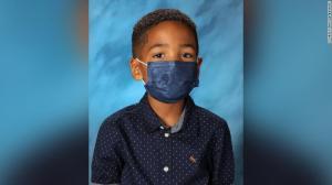 Garoto de 6 anos obedece a mãe e não tira máscara nem para foto da escola
