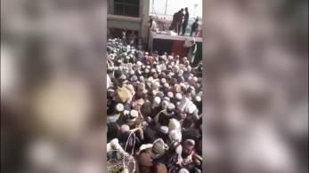 'Nunca vi uma reunião tão grande em Spin Boldak', disse Abul Karim, um morador da cidade, à CNN. 'Não havia mais espaço, pois milhares e milhares se moviam em direção ao portão da fronteira.'