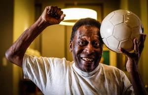 Filha divulga vídeo de Pelé cantando hino do Santos no hospital