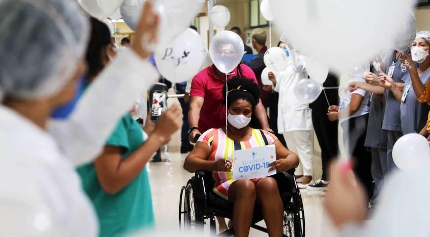 Mulher tendo alta de hospital no Pará após tratamento contra a Covid-19
