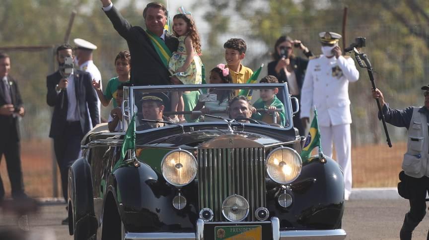 O presidente Jair Bolsonaro (sem partido) em carro aberto, dirigido pelo ex-piloto Nelson Piquet; ele participa de desfile durante a cerimônia de hasteamento da bandeira no 7 de Setembro