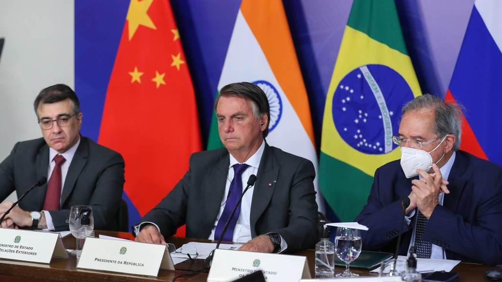 Acompanhado do chanceler Carlos Alberto França e do ministro da Economia, Paulo Guedes, Jair Bolsonaro (C) discursa em encontro do Brics